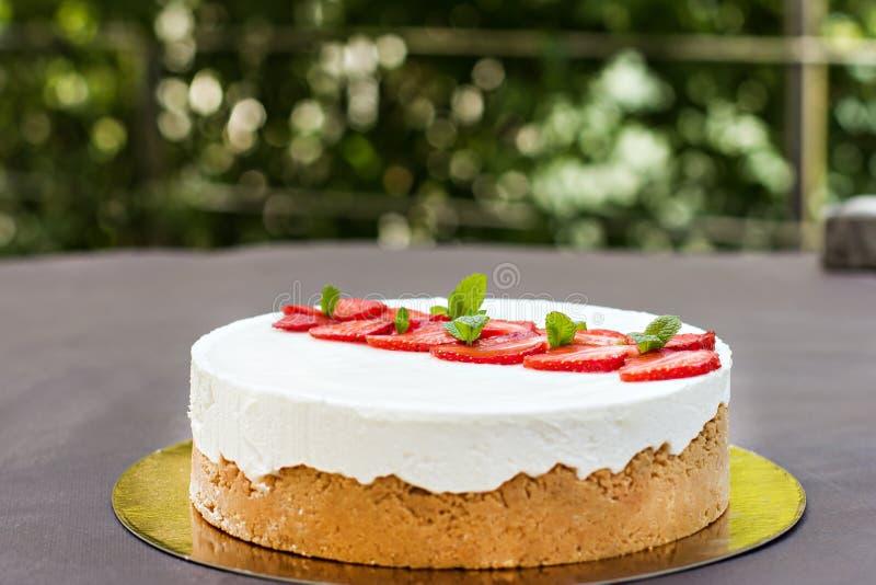 Pastel de queso con las fresas Torta adornada con las fresas imagen de archivo libre de regalías