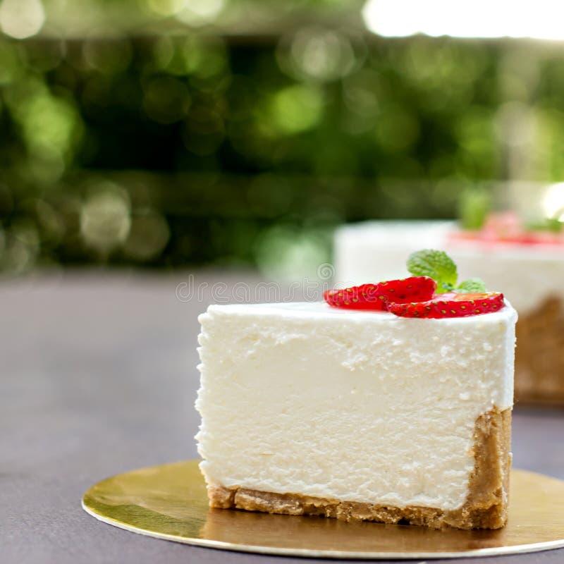 Pastel de queso con las fresas Torta adornada con las fresas foto de archivo