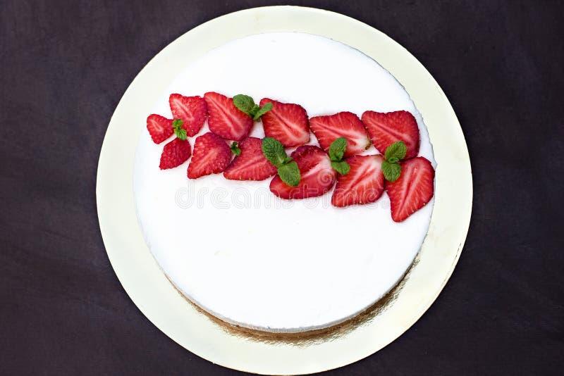 Pastel de queso con las fresas Torta adornada con las fresas fotografía de archivo