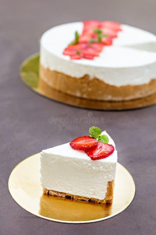 Pastel de queso con las fresas Torta adornada con las fresas imagen de archivo