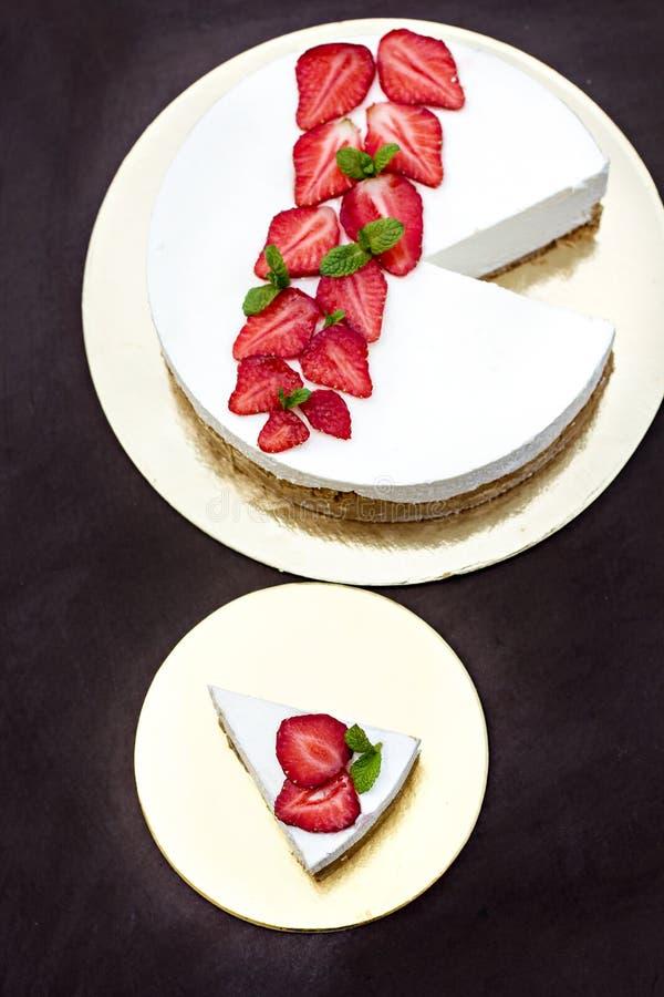 Pastel de queso con las fresas Torta adornada con las fresas fotos de archivo libres de regalías