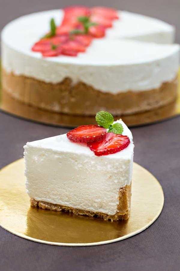 Pastel de queso con las fresas Torta adornada con las fresas fotografía de archivo libre de regalías