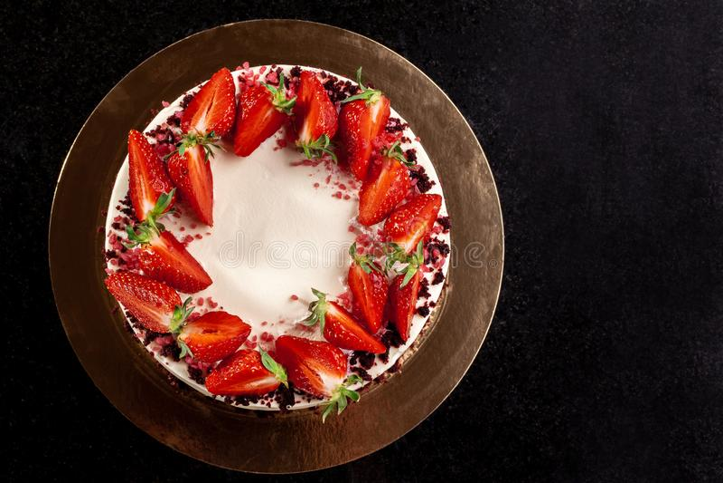 Pastel de queso con las fresas Torta adornada con las fresas Pastel de queso delicioso adornado con las fresas frescas fotos de archivo