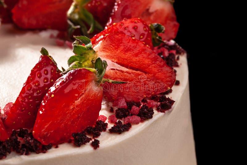 Pastel de queso con las fresas Torta adornada con las fresas Pastel de queso delicioso adornado con las fresas frescas imágenes de archivo libres de regalías