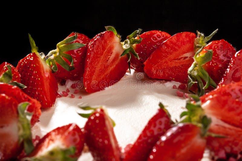 Pastel de queso con las fresas Torta adornada con las fresas Pastel de queso delicioso adornado con las fresas frescas imagen de archivo libre de regalías