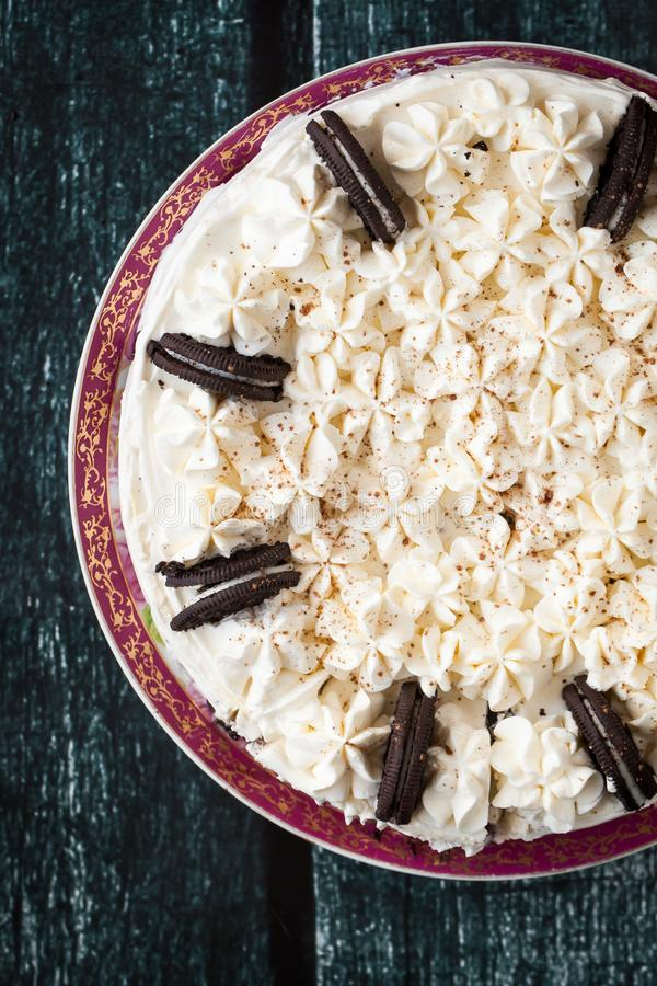 Pastel de queso cremoso con las galletas del chocolate imagenes de archivo