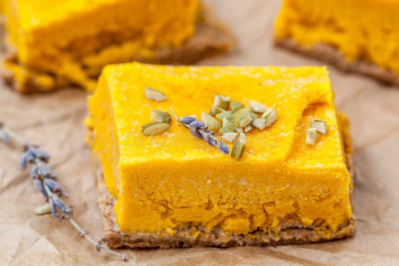 Pastel de queso crudo de la calabaza del vegano foto de archivo