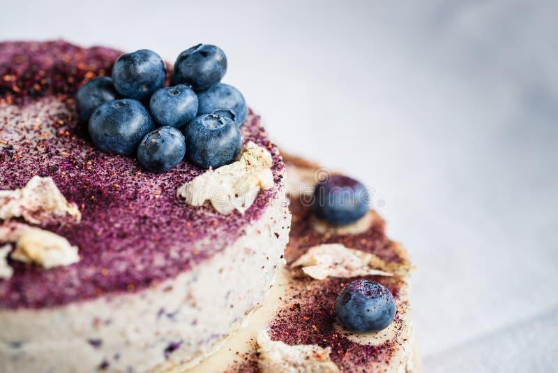 Pastel de queso crudo del arándano Postre hecho a mano sano Fondo blanco imagen de archivo libre de regalías