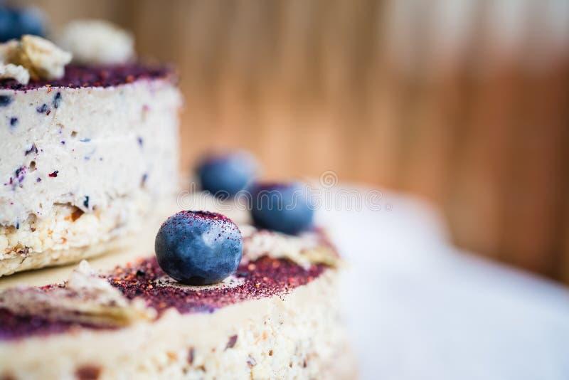 Pastel de queso crudo del arándano Postre hecho a mano sano Fondo blanco fotografía de archivo