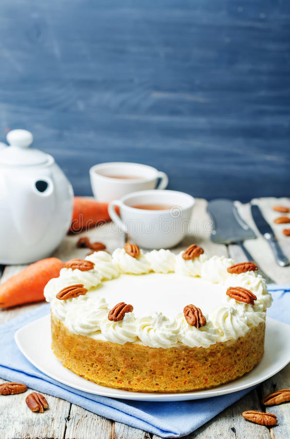 Pastel de queso de la torta de zanahoria con la pacana fotos de archivo