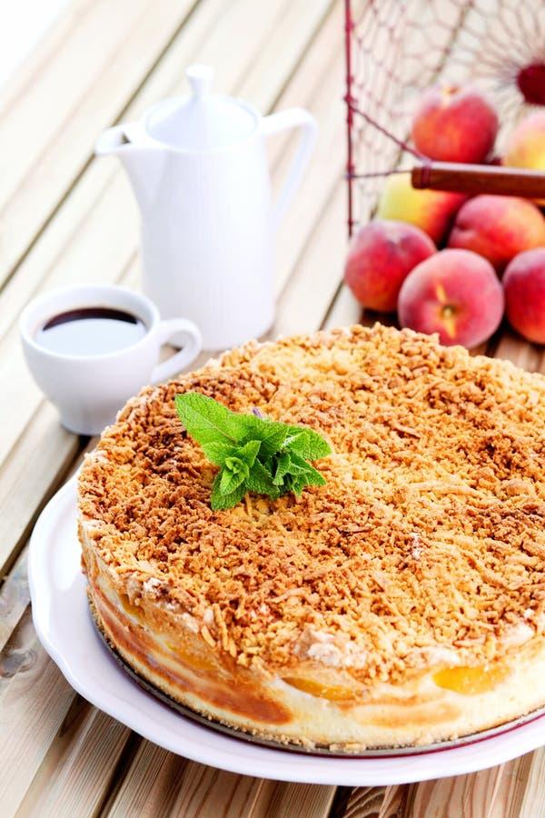 Pastel de queso de los melocotones imagen de archivo libre de regalías