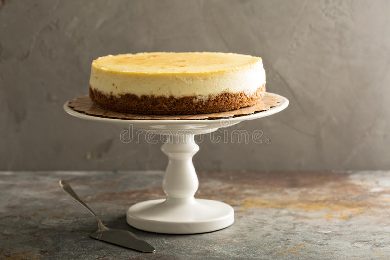 Pastel de queso de Nueva York en un soporte de la torta fotografía de archivo libre de regalías