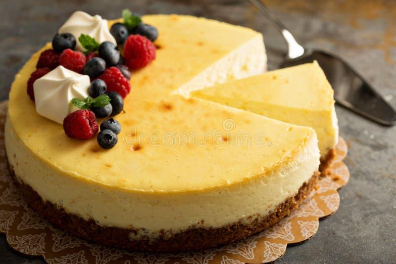 Pastel de queso de Nueva York en un soporte de la torta imagen de archivo