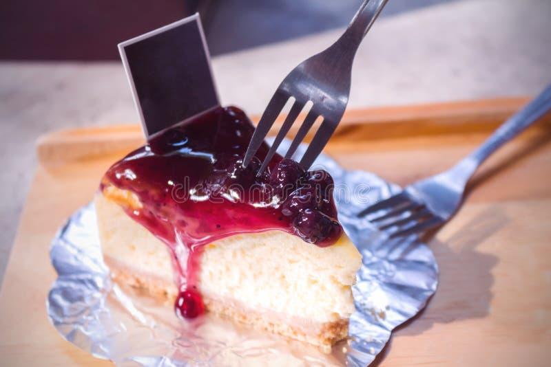 Pastel de queso del arándano en el plato blanco en la madera fotos de archivo libres de regalías