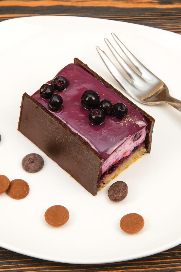 pastel de queso del arándano en la tabla de madera imagen de archivo