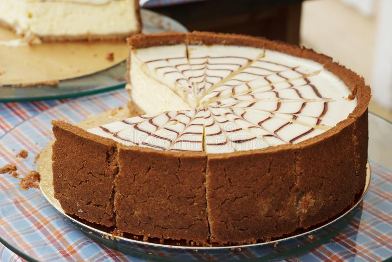 Pastel de queso del caramelo y del chocolate imagen de archivo libre de regalías
