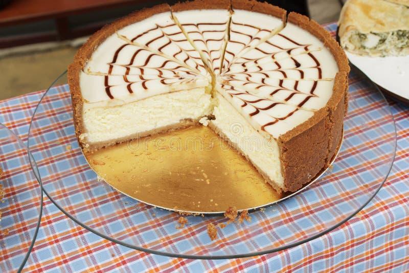 Pastel de queso del caramelo y del chocolate fotos de archivo