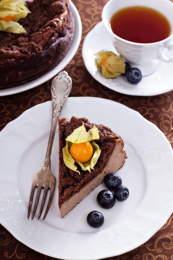 Pastel de queso del chocolate con el desmoche de la miga foto de archivo