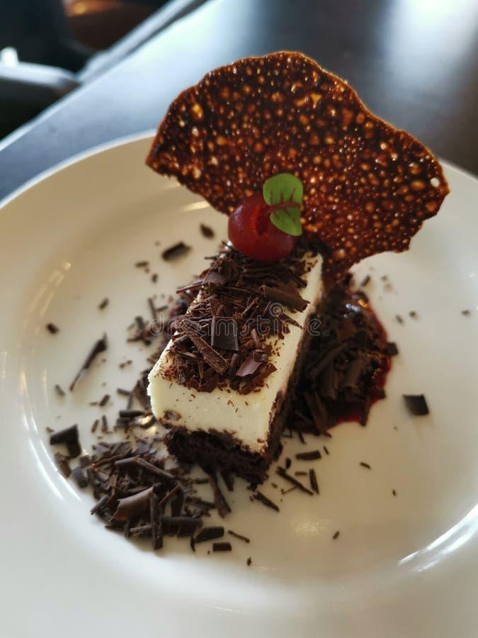 Pastel de queso del chocolate con el foco en los pedazos del chocolate imágenes de archivo libres de regalías