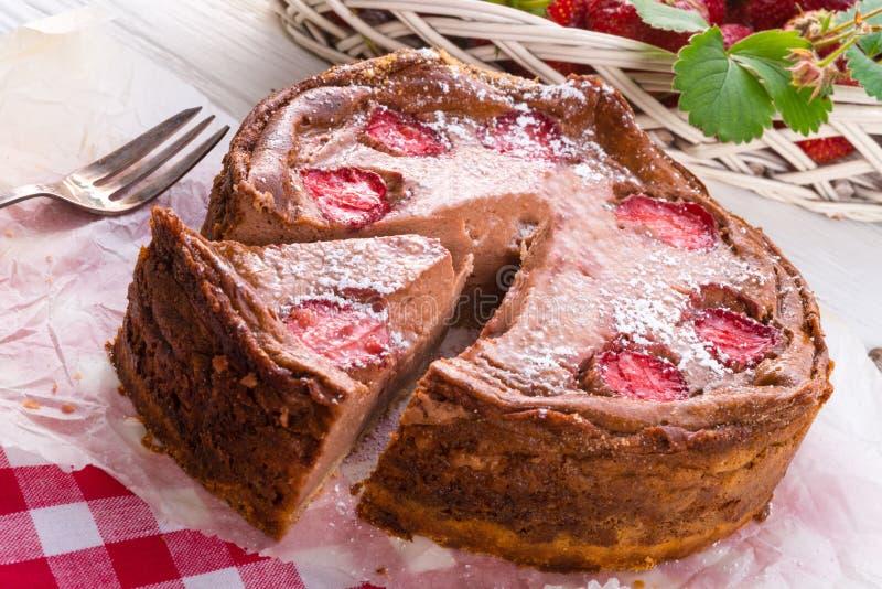 Download Pastel De Queso Del Chocolate Con La Fresa Foto de archivo - Imagen de alimento, fondo: 42445142