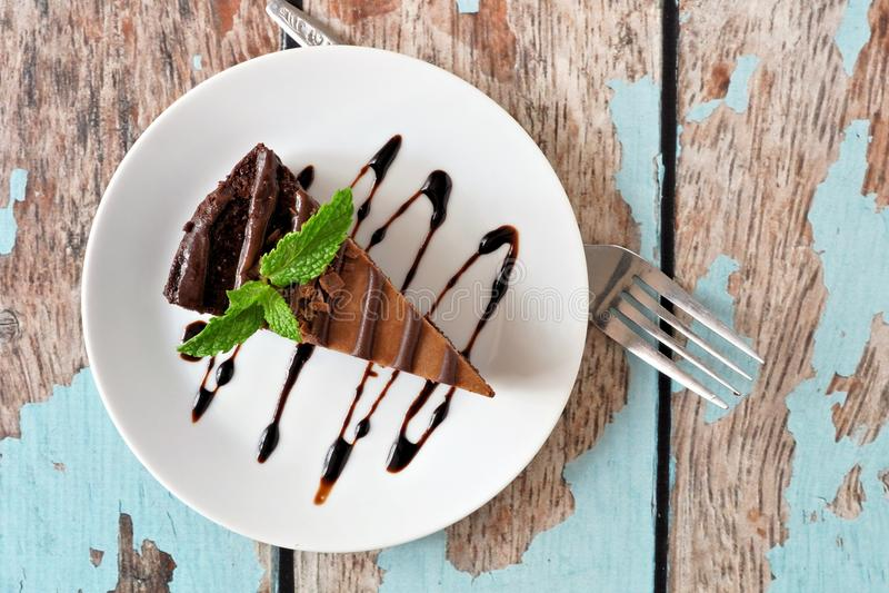 Pastel de queso del chocolate sobre la visión sobre la madera azul rústica fotografía de archivo