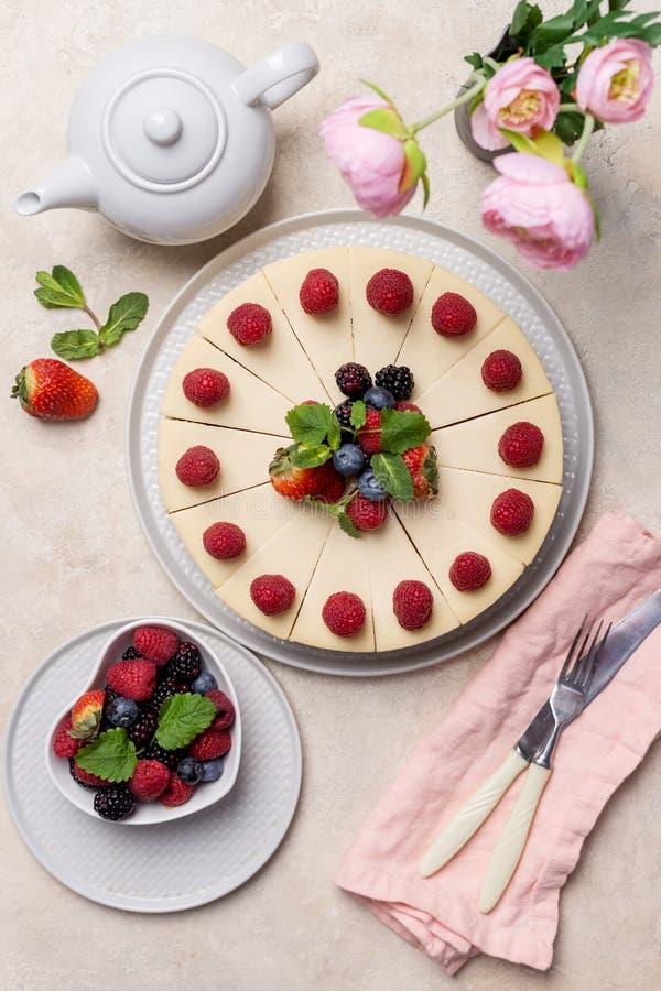Pastel de queso del cumpleaños con las bayas en fondo ligero fotografía de archivo