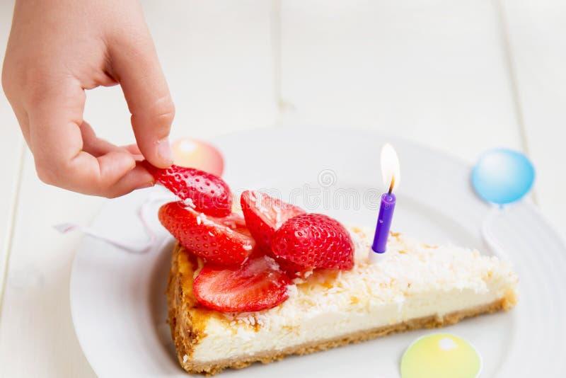 Pastel de queso del feliz cumpleaños imagen de archivo libre de regalías