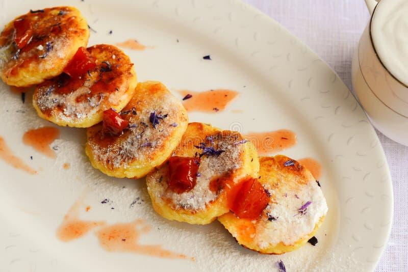 Pastel de queso del requesón hecho en casa con los caramelos del membrillo, saf fotos de archivo libres de regalías