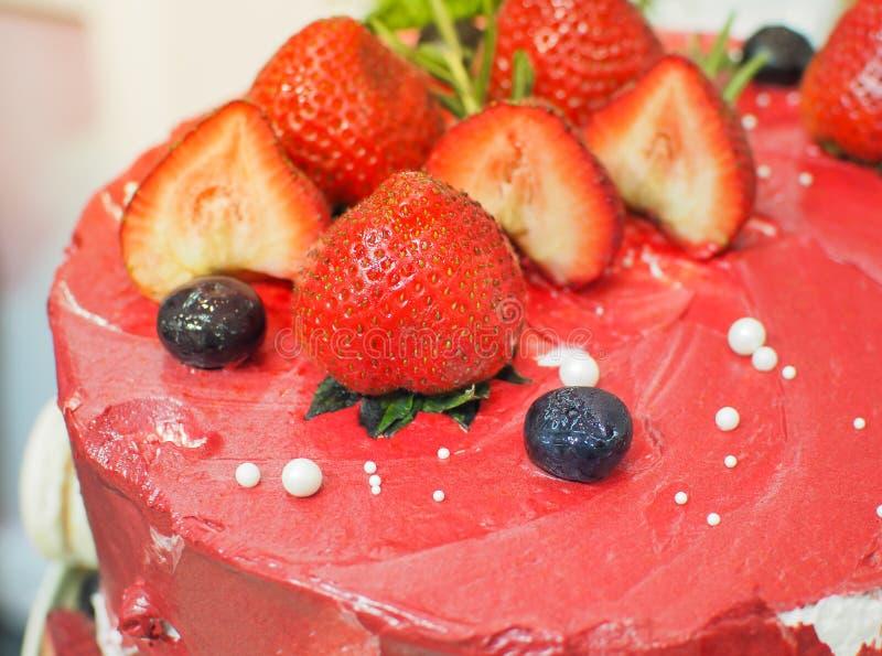 Pastel de queso delicioso adornado con las fresas frescas imagenes de archivo