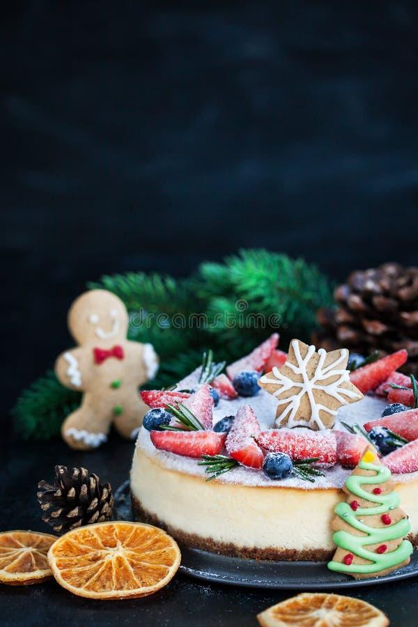 Pastel de queso delicioso del jengibre de la Navidad con el decorat fresco de las bayas imágenes de archivo libres de regalías