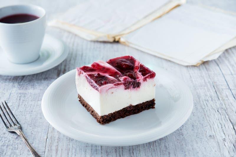 Pastel de queso delicioso y dulce con la jalea de la cereza imagen de archivo libre de regalías