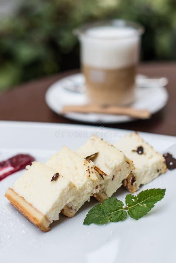 Pastel de queso en una placa fotos de archivo libres de regalías