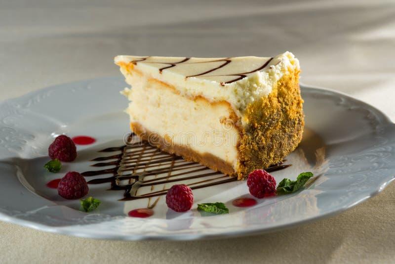Pastel de queso fresco con las bayas de la frambuesa imagenes de archivo