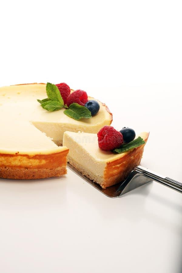 Pastel de queso hecho en casa con las frambuesas y la menta frescas para el postre fotografía de archivo