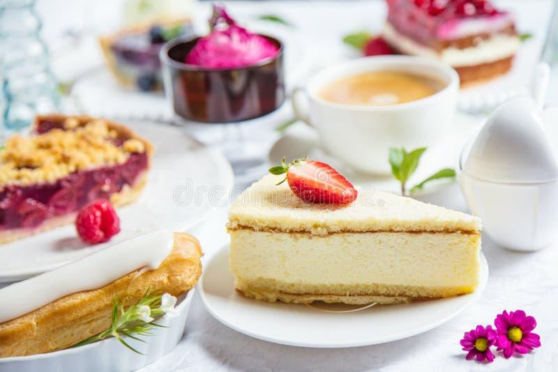Pastel de queso hecho en casa con las frambuesas y la menta frescas para el postre - pastel de queso orgánico sano de la empanada imagen de archivo libre de regalías