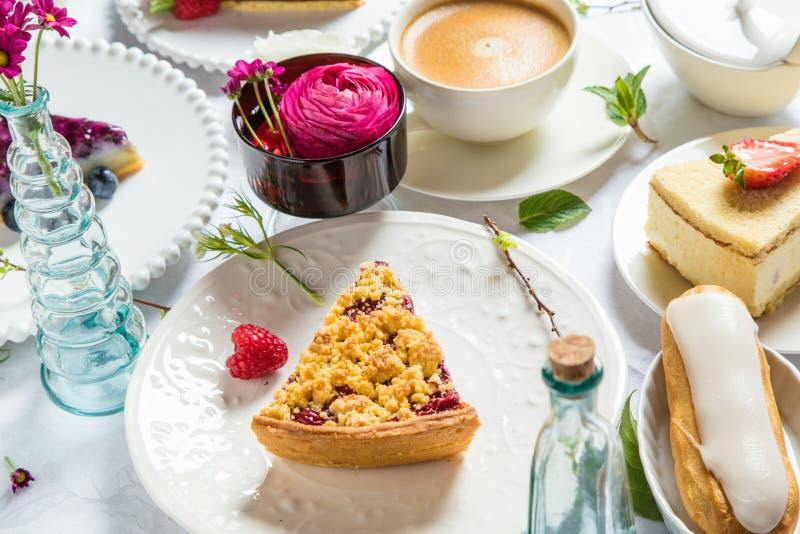 Pastel de queso hecho en casa con las frambuesas y la menta frescas para el postre - pastel de queso orgánico sano de la empanada imágenes de archivo libres de regalías