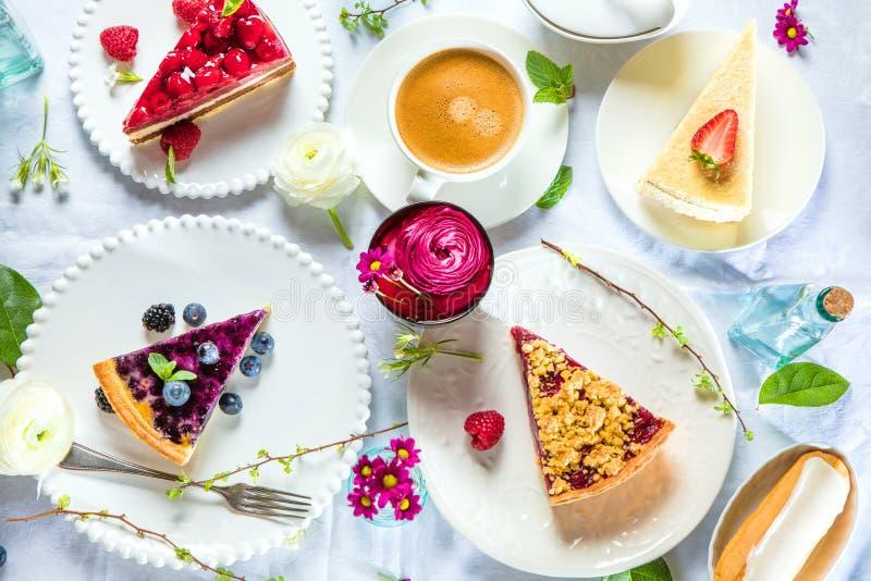 Pastel de queso hecho en casa con las frambuesas y la menta frescas para el postre - pastel de queso orgánico sano de la empanada fotografía de archivo libre de regalías