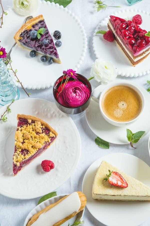 Pastel de queso hecho en casa con las frambuesas y la menta frescas para el postre - pastel de queso orgánico sano de la empanada foto de archivo