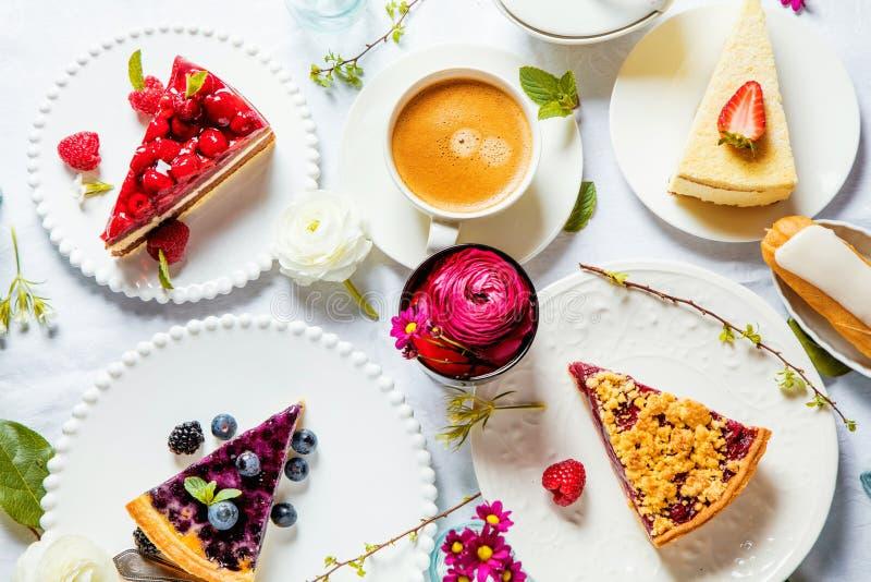 Pastel de queso hecho en casa con las frambuesas y la menta frescas para el postre - pastel de queso orgánico sano de la empanada imagenes de archivo