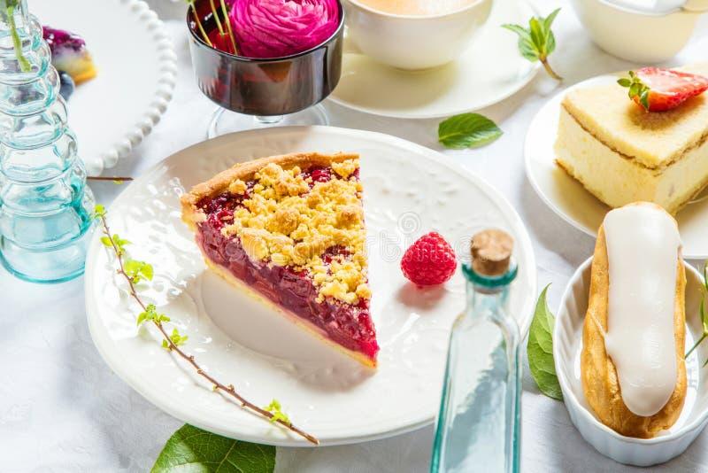 Pastel de queso hecho en casa con las frambuesas y la menta frescas para el postre - pastel de queso orgánico sano de la empanada imagen de archivo