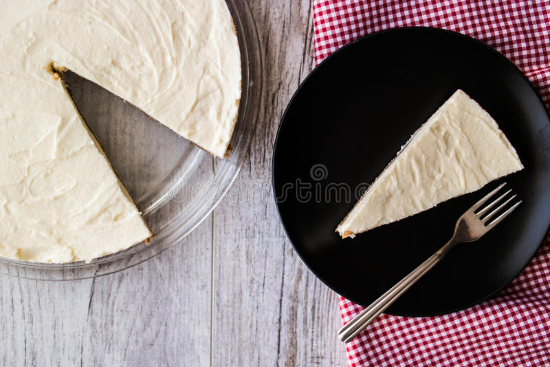 Pastel de queso hecho en casa de Nueva York con la bifurcación imágenes de archivo libres de regalías