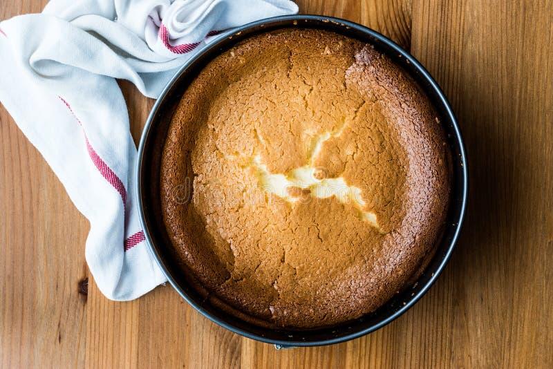 Pastel de queso hecho en casa de Nueva York en molde de la torta imagenes de archivo