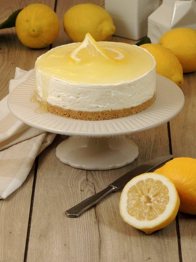 Pastel de queso hecho en casa del limón con el limón en el top foto de archivo