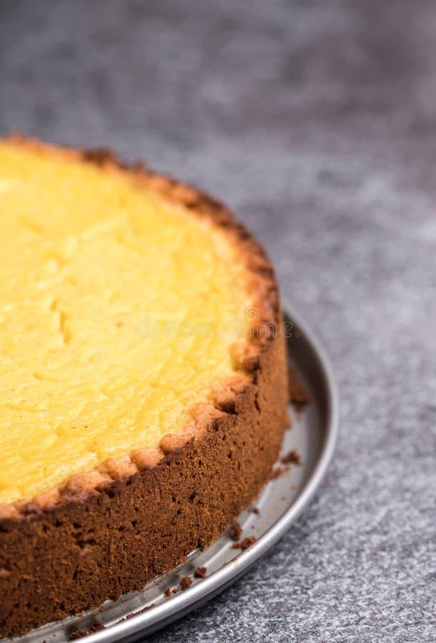 Pastel de queso hecho en casa sabroso del limón del vegano en la placa de piedra gris oscuro imagen de archivo