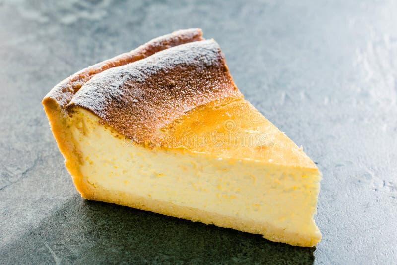 Pastel de queso hecho en casa sabroso en la tabla de madera azul Foco selectivo imagenes de archivo