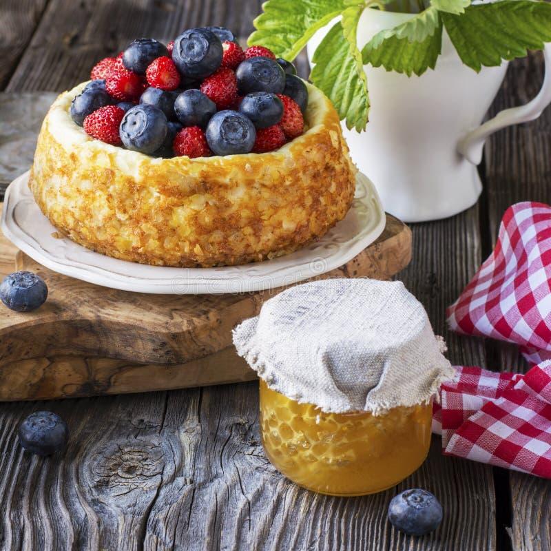 Pastel de queso hermoso con los arándanos y las fresas fotografía de archivo libre de regalías