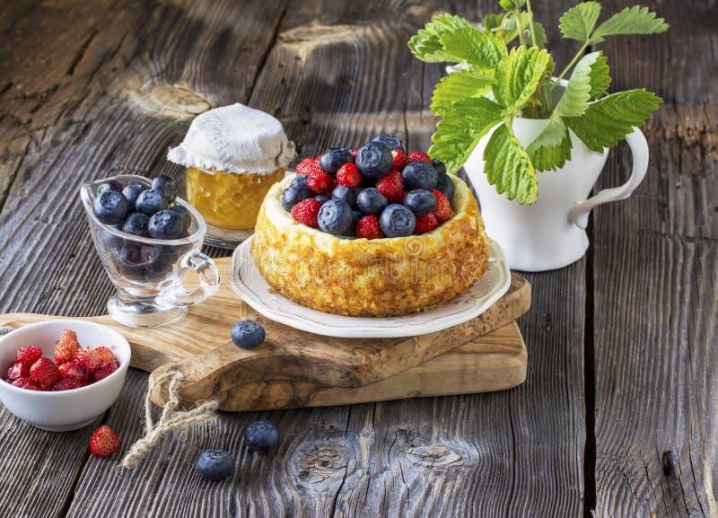 Pastel de queso hermoso con los arándanos y las fresas imagen de archivo libre de regalías