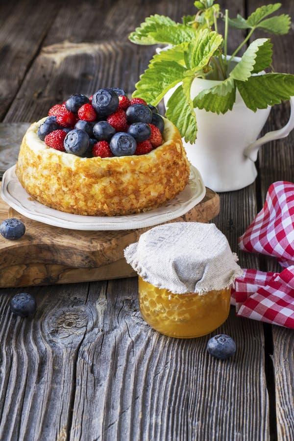 Pastel de queso hermoso con los arándanos y las fresas fotos de archivo