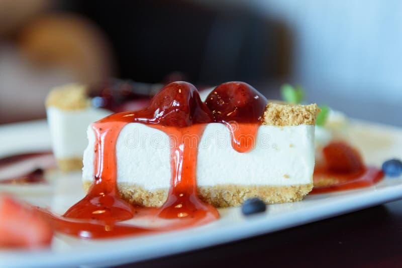 Pastel de queso de la fresa de la rebanada con la fresa y las frutas frescas fotografía de archivo