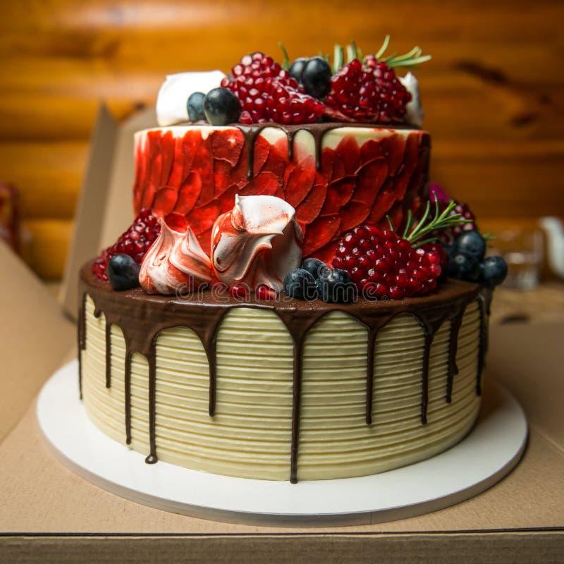 Pastel de queso de la fruta del bosque del cumpleaños con el chocolate de fusión fotografía de archivo libre de regalías